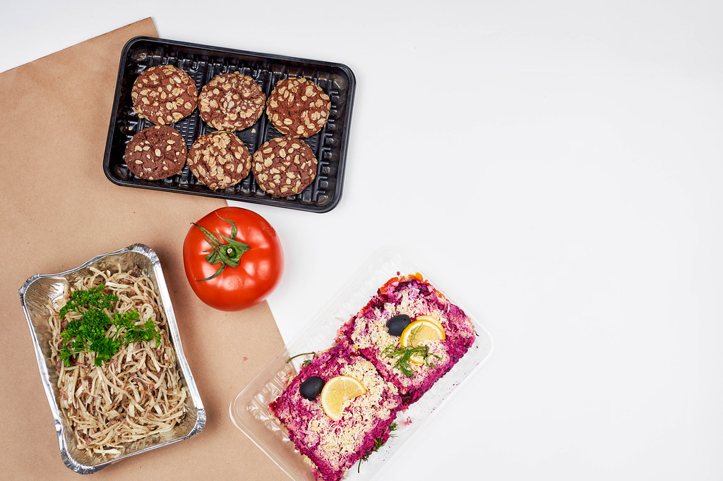 Lebensmittelspenden: Kekse, eine Tomate, Nudeln und Rote-Bete-Oliven-Gericht in Einwegverpackung