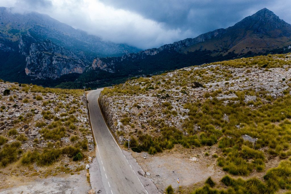 Leere Straße zwischen den Bergen: Carretera de Sa Calobra. Luftbild von Sehenswürdigkeit auf Mallorca