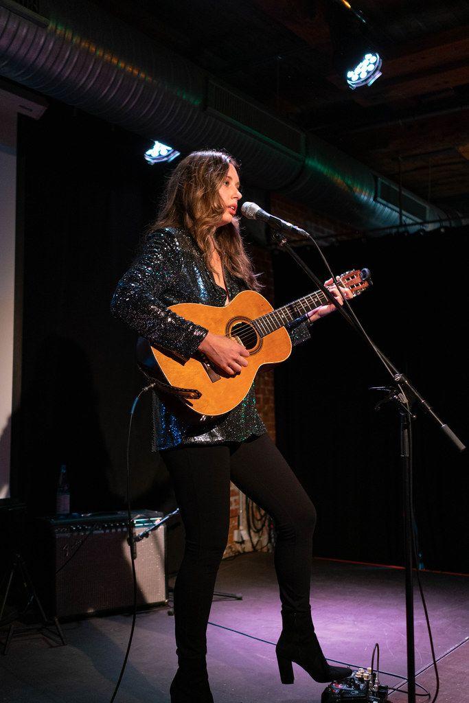 Lera Lynn playing guitar and singing at the concert in Hamburg