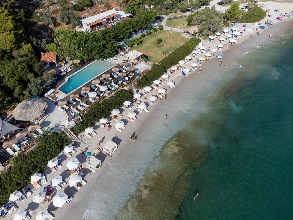 Limnonari auf Skopelos. Gepflegter Strand mit Schwimmbad und weißen Sonnenschirmen