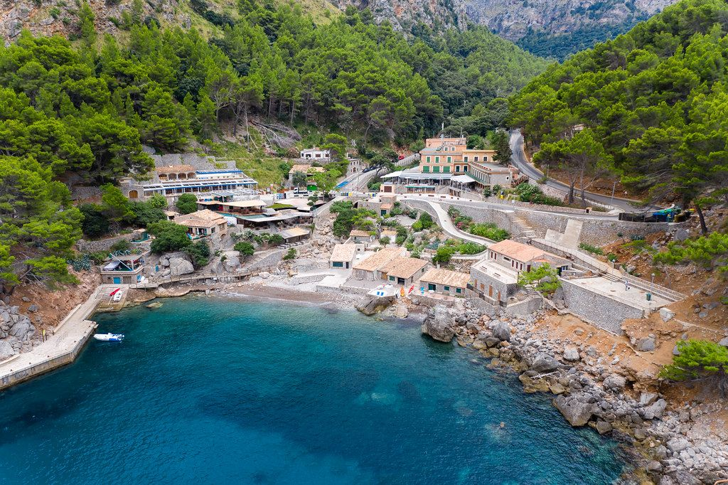 Luftaufnahme: das abgelegene Dorf  Sa Calobra in der Bergregion Serra de Tramuntana auf Mallorca