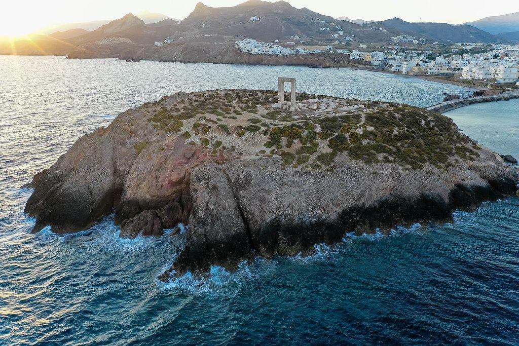 Luftaufnahme: das Inselchen Palátia vor dem Hafen von Naxos, mit der Portara, dem Symbol der Insel