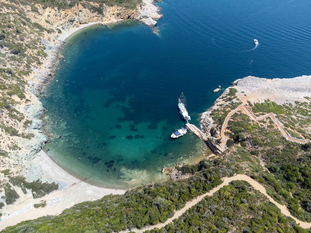 Luftaufnahme der Bucht mit Pier an der Ostküste von Kyra Panagia mit dem Fußweg zum Kloster