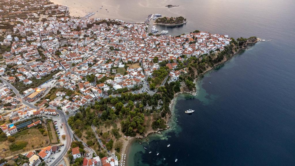 Luftaufnahme der Stadt Skiathos auf der gleichnamigen griechischen Insel mit Felsküste