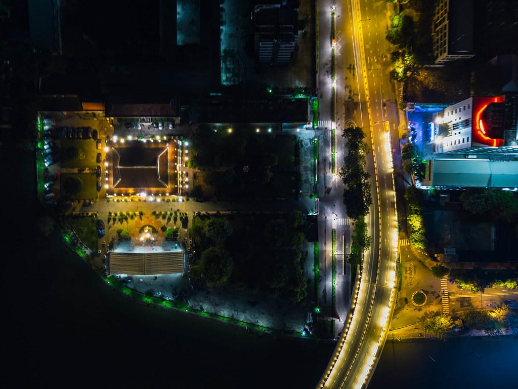 Luftaufnahme des Ho Chi Minh Museum und der Khanh Hoi Brücke am Saigon Fluss im Distrikt 4 in Ho Chi Minh Stadt, Vietnam