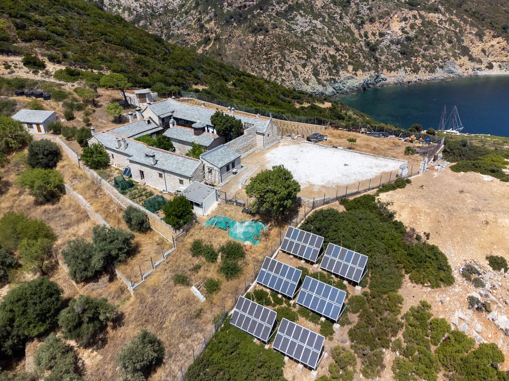 Luftaufnahme des Klosters mit Solaranlagen auf der unbewohnten Insel Kyra Panagia bei Alonissos