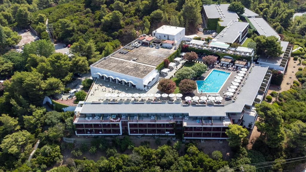 Luftaufnahme des luxuriösen Skiathos Palace Hotels mit Swimmingpool direkt am Meer