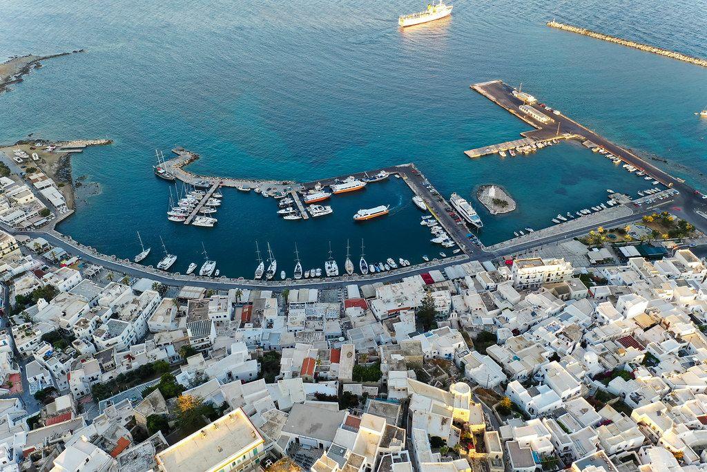 Luftaufnahme des Stadtzentrums und Hafens von Chora, der Hauptstadt der griechischen Insel Naxos
