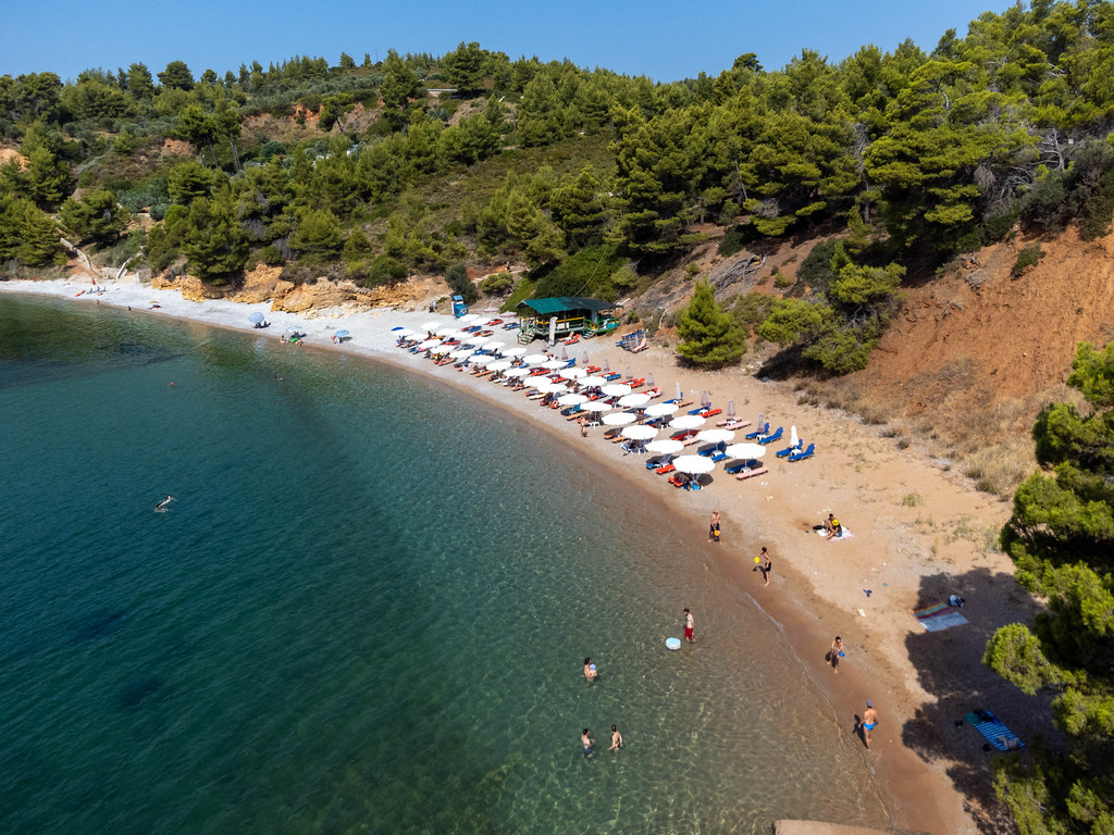 Luftaufnahme des Strandes Kokkinokastro (Alonnisos) mit seinem steilen roten Hang
