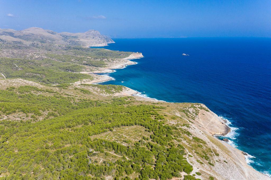 Luftaufnahme: die wilde nordöstliche Küste der Insel Mallorca mit mehreren Buchten