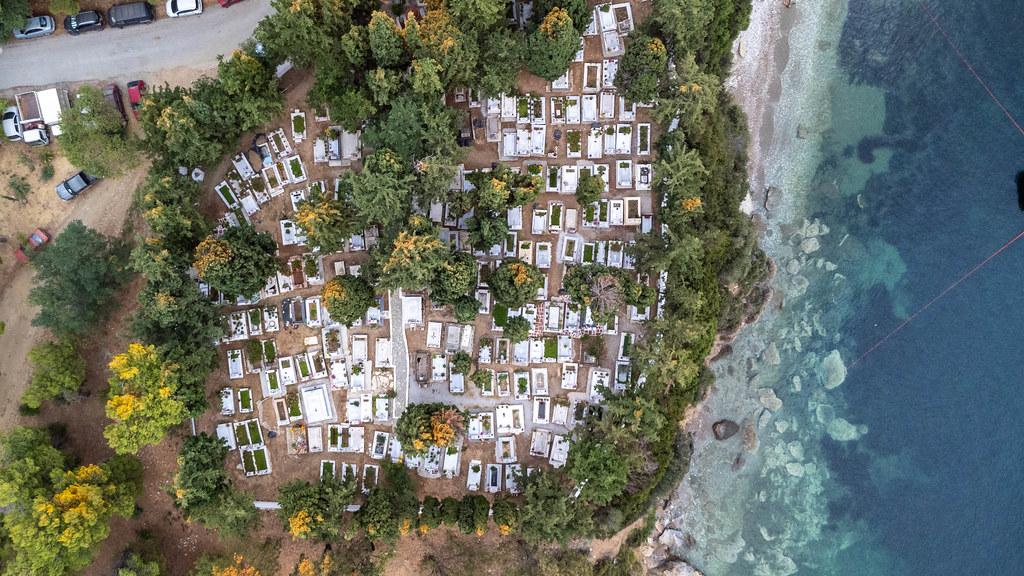 Luftaufnahme eines Friedhofs direkt am Meer auf der griechischen Insel Skiathos