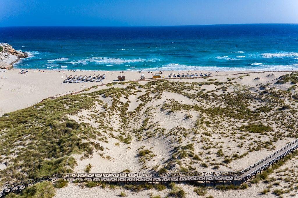 Luftaufnahme eines langen Holzweges in den Dünen am Strand von Cala Mesquida, Mallorca, Spanien