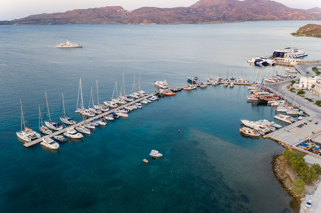 Luftaufnahme mit Booten in Adamantas, der Hafenstadt der Insel Milos in der südlichen Ägäis