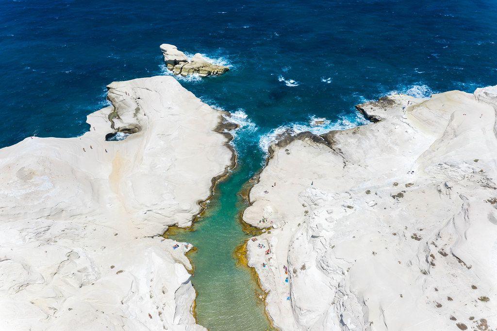 Luftaufnahme: schmale Bucht in Sarakiniko auf der wunderschönen Insel Milos, Griechenland