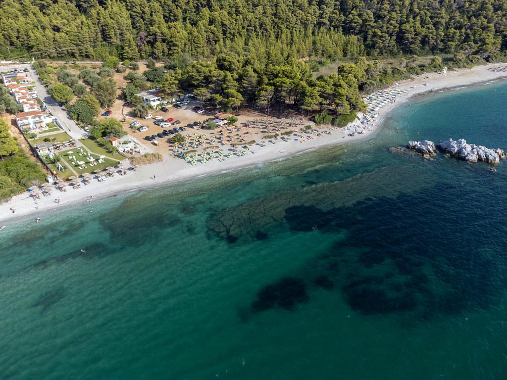 Luftaufnahme vom Sandstrand Milia: Urlaubsparadies auf der Insel Skopelos, Griechenland