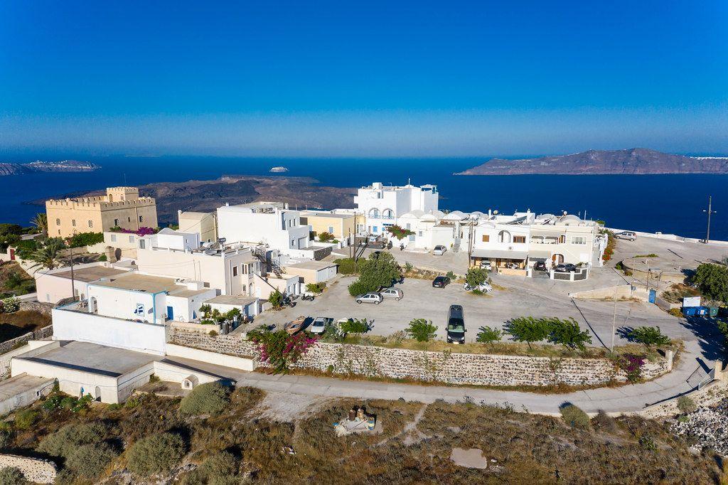 Luftaufnahme von Häusern und Parkplatz in Santorinis Hauptstadt Firá