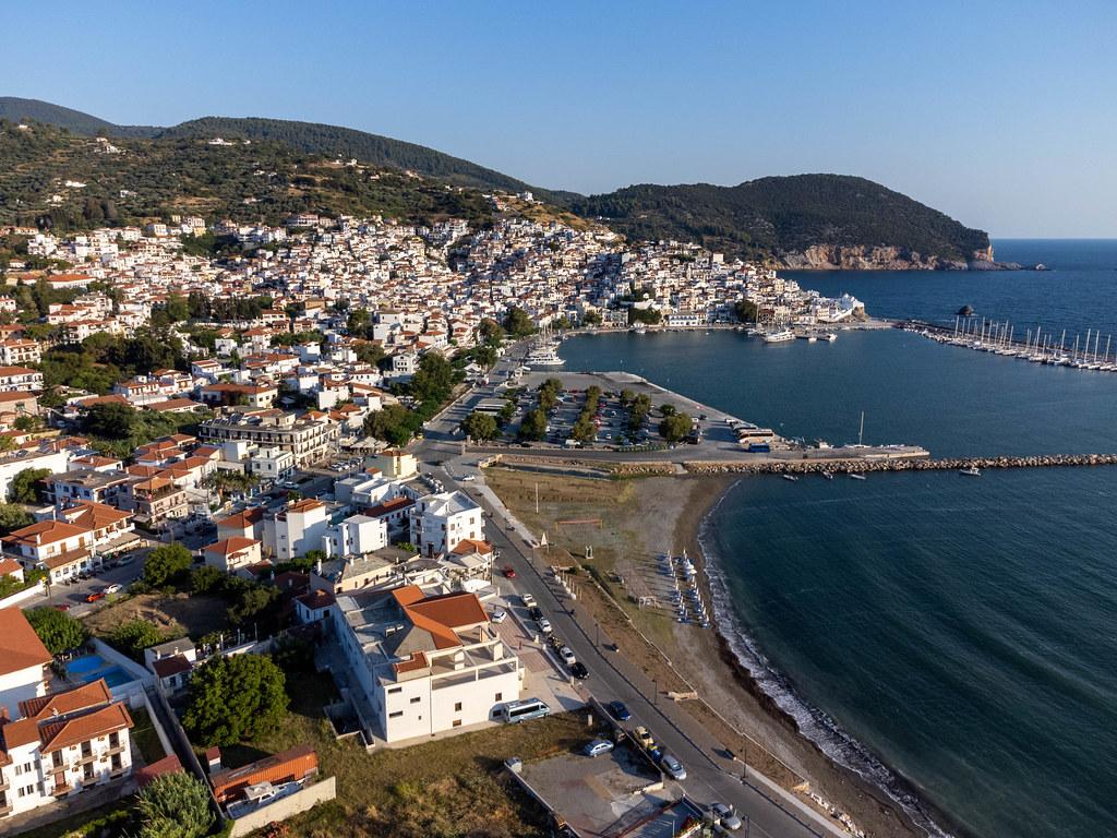 Luftaufnahme von Skopelos Stadt mit dem Hafen und den weißen Häusern mit roten Dächern