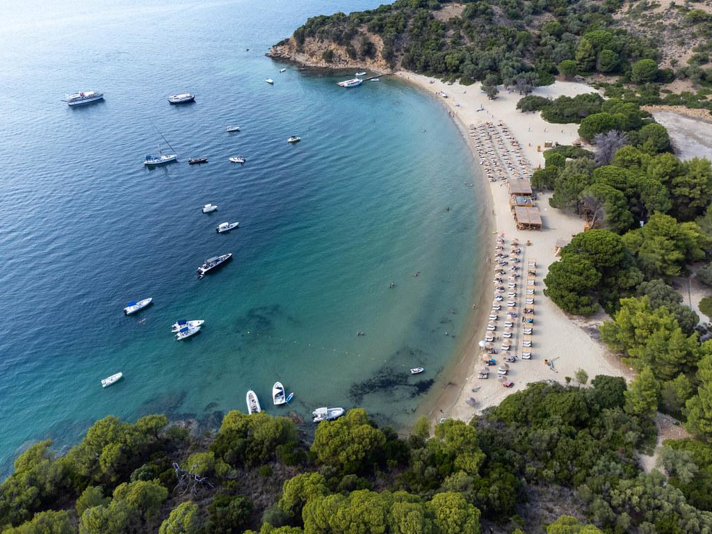 Luftaufnahme von Tsougria Strand auf einer kleinen Insel gegenüber dem Skiathos Hafen