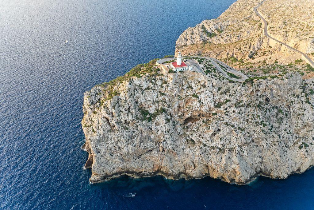 Luftbild auf Mallorca: die felsige Landschaft der Landspitze Cap de Formentor mit dem Leuchtturm