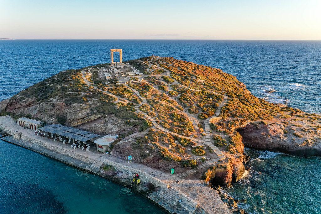 Luftbild bei Sonnenuntergang. Die Ruinen vom Apollo-Tempel, der Portara. Wahrzeichen von Naxos