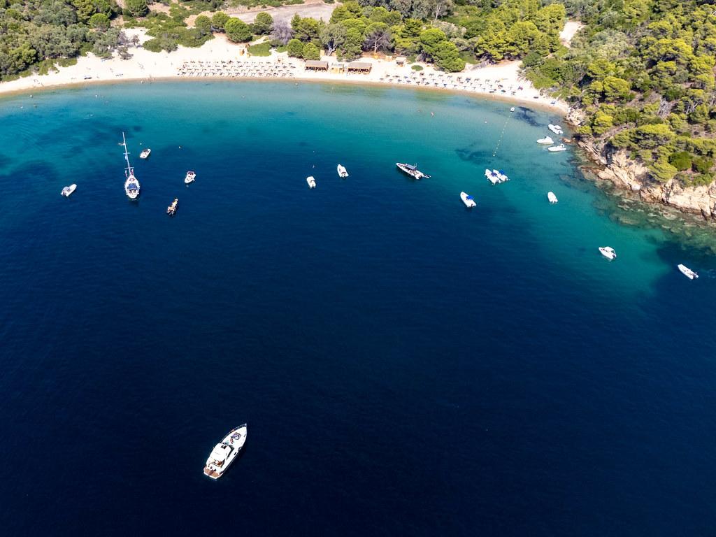 Luftbild: Boote vor dem Sandstrand von Tsoungria, einer unbewohnten kleinen Insel bei Skiathos