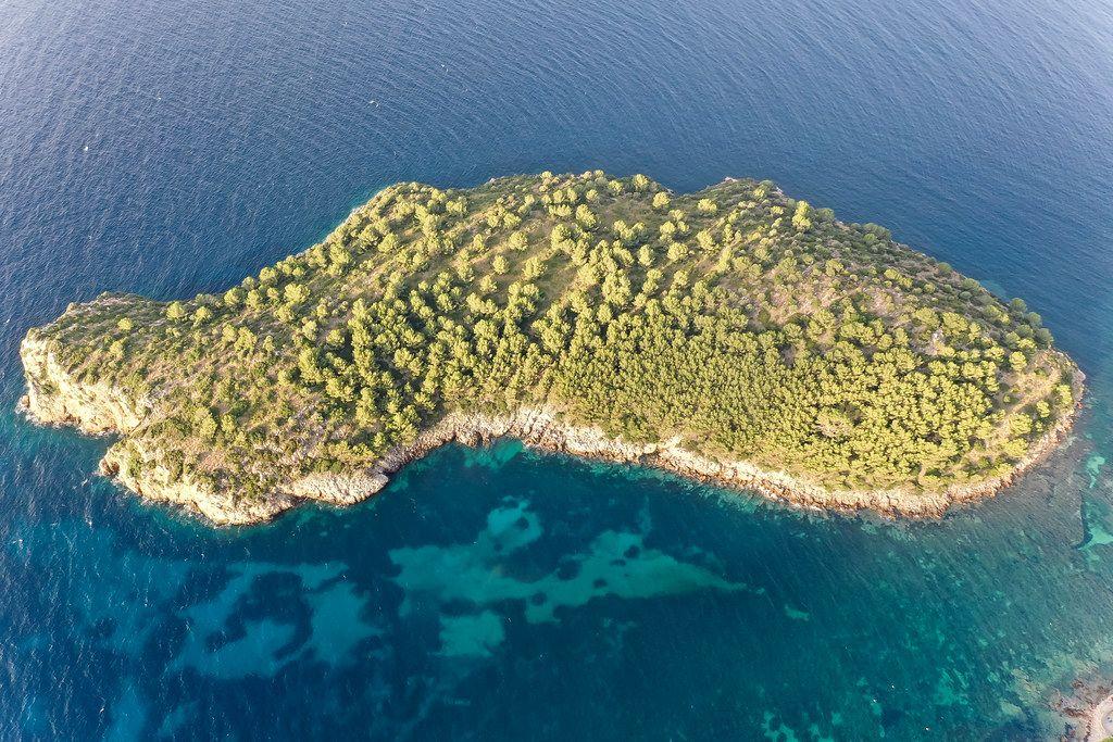 Luftbild der Illa de Formentor, unbewohnter Insel vor der Küste der Badia de Pollença Bucht auf Mallorca