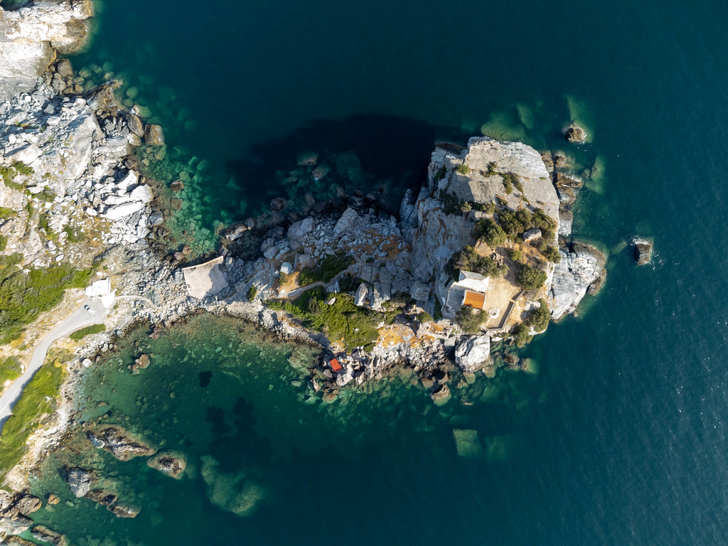 Luftbild der Kirche Agios Ioannis auf Skopelos, die durch die Hochzeitsszene in Mamma Mia! berühmt ist