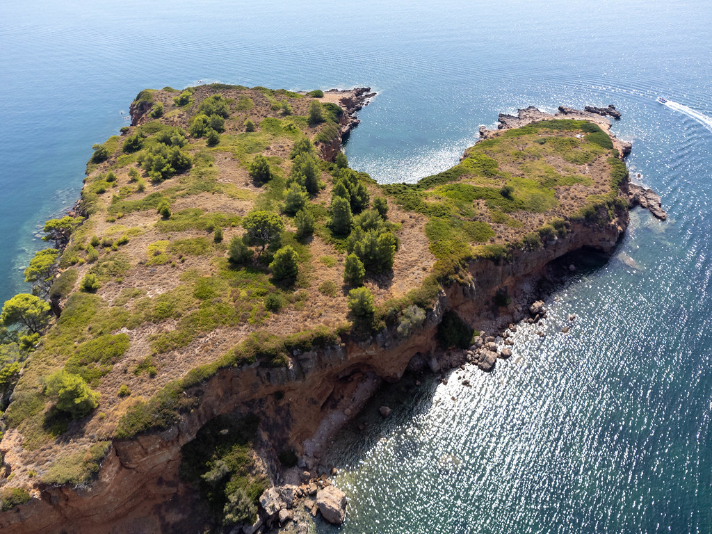 Luftbild der Landzunge aus rotem Felsgestein bei Kokkinokastro auf Alonnisos
