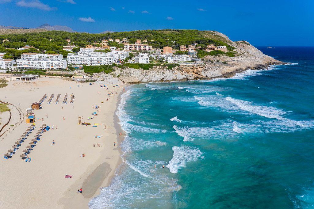 Luftbild. Der lange Strand von Cala Mesquida an der Nordostküste Mallorcas in der Nähe von Capdepera