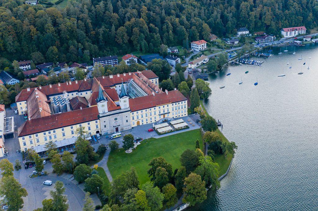 Luftbild des ehemaligen Benediktklosters am Ufer des Tegernsees in den Bayerischen Alpen