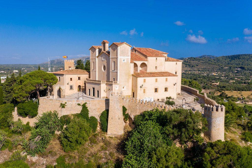 Luftbild des Heiligtums und der Festung Sant Salvador auf dem Puig Sant Salvador Hügel in Artà