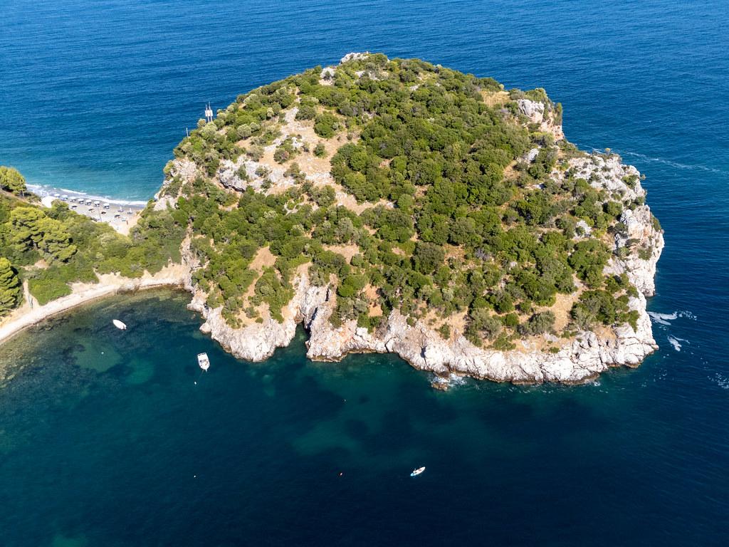 Luftbild: Halbinsel und archäologische Stätte zwischen den Stränden Velanio und Stafylos auf Skopelos
