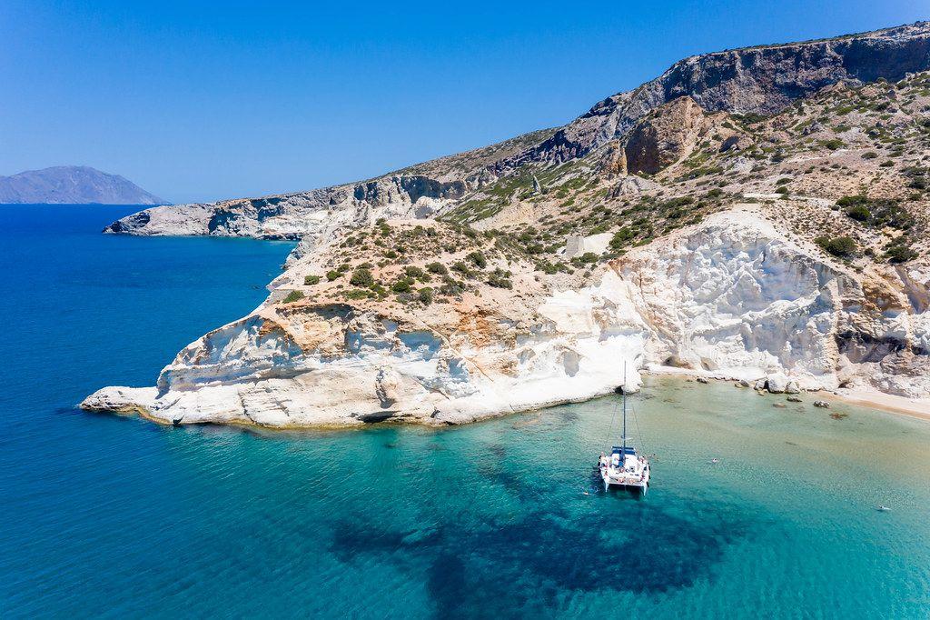 Luftbild: Katamarantour an der Westküste von Milos, wo viele Strände nur per Boot erreichbar sind