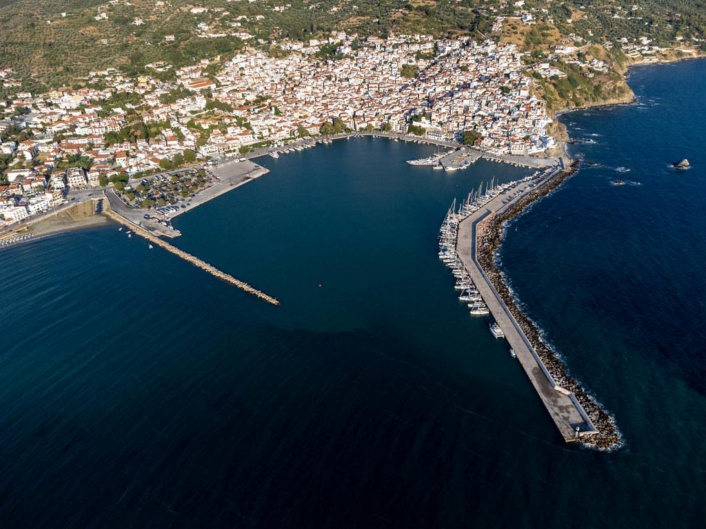 Luftbild vom Hafen Skopelos in Skopelos Stadt im Norden der griechischen Insel