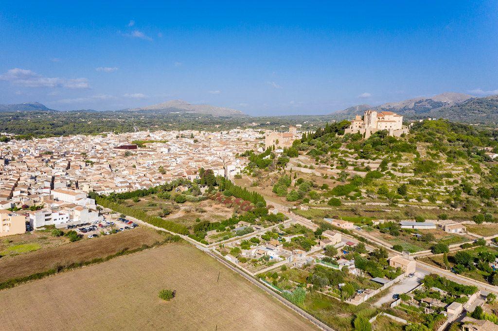 Luftbild von Artá auf Mallorca: Puig Sant Salvador mit Wallfahrtskirche Sant Salvador und Pfarrkirche
