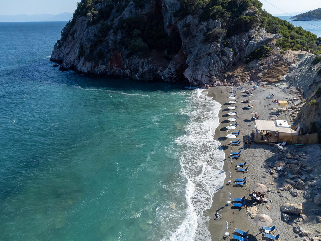 Luftbild von Velanio Strand mit silbernem Sand und felsigem Vorgebirge auf der Insel Skopelos