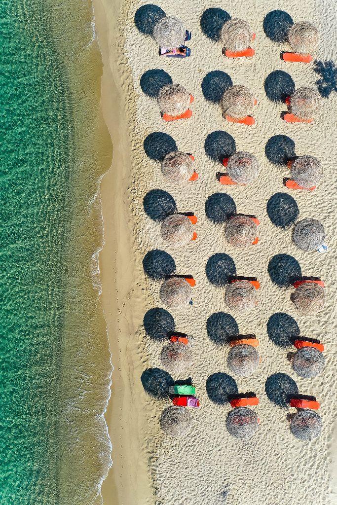 Luftbild: wenige Touristen im Sommer von 2020 am Strand Plaka auf Naxos, Kykladen, Griechenland