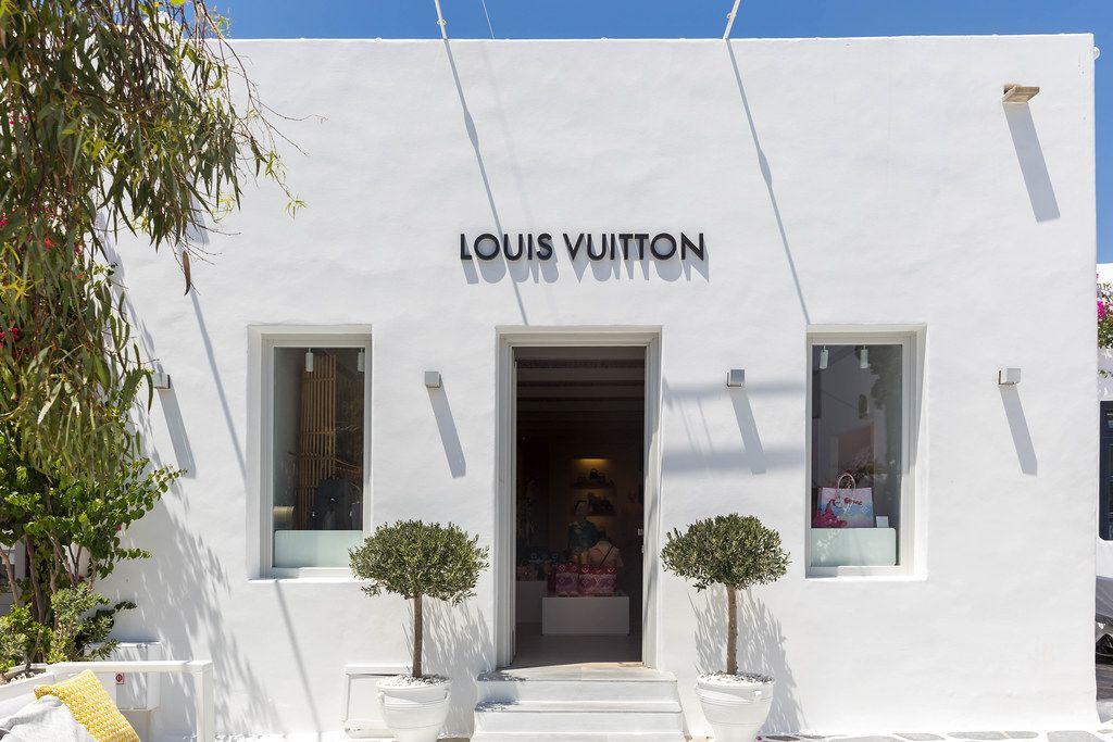 Luxus-Shopping auf Mykonos: Louis Vuitton Laden in weißem Gebäude mit Pflanzen vor dem Eingang
