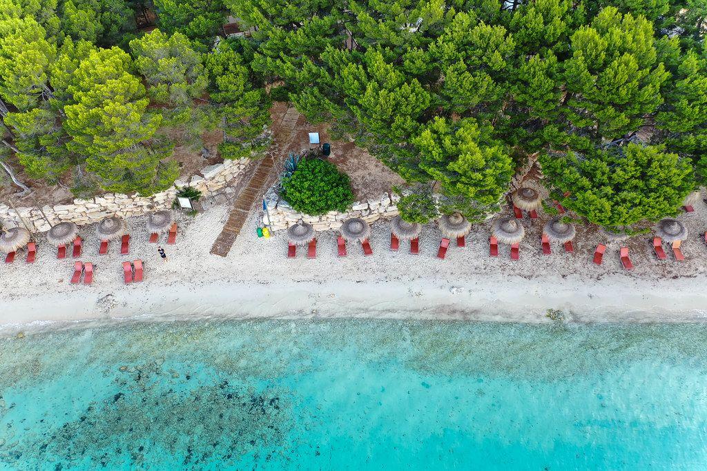 Mallorca Luftbild: Strand mit türkisem Wasser und mallorquinischen Kiefern. Playa de Formentor
