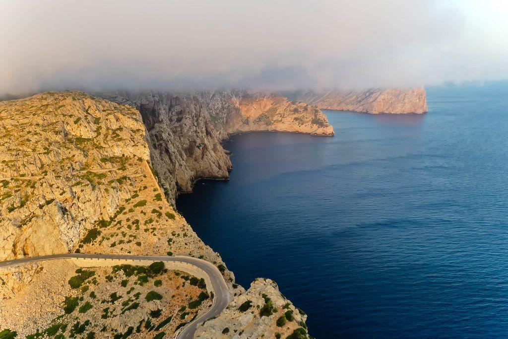 """Mallorca Luftbild: tiefe Wolken über der Steilküste der Halbinsel Formentor, der """"Treffpunkt der Winde"""""""