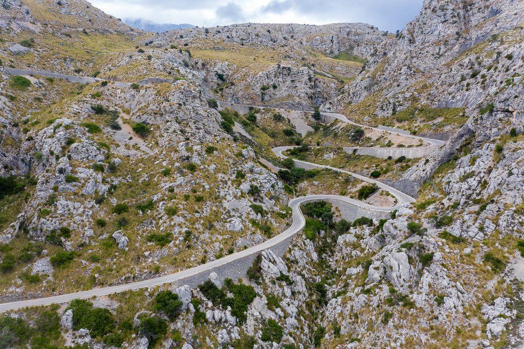 Mallorcas berühmteste Serpentinenstraße: Carretera de Sa Calobra in der Serra de Tramuntana. Luftbild