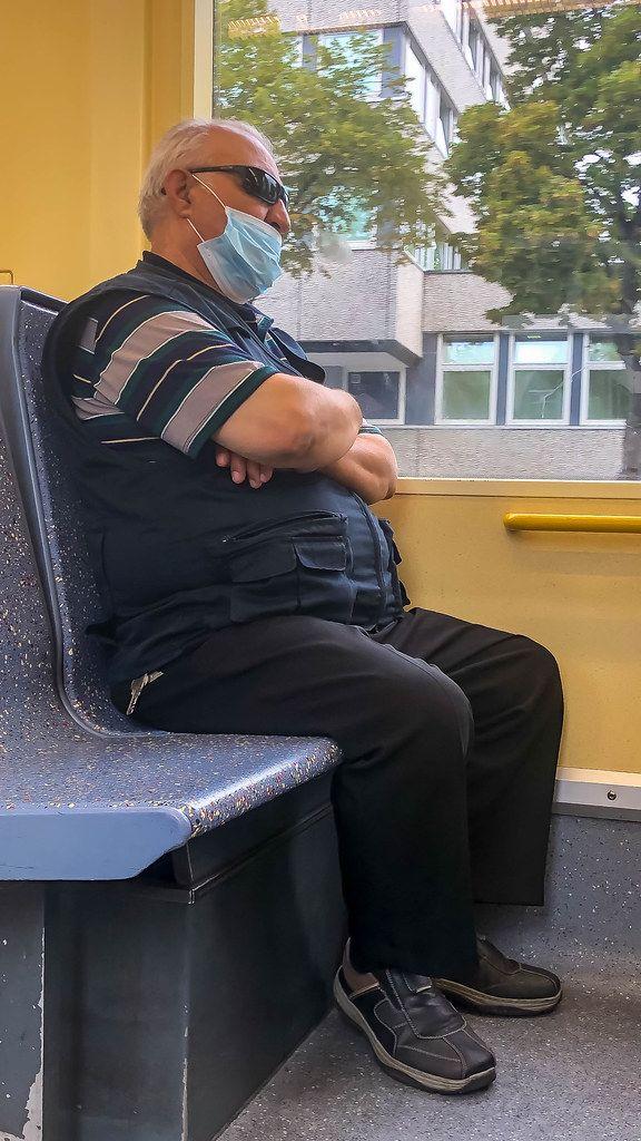 Maskenpflicht im ÖPNV: Mann trägt den Mundschutz nur bis über den Mund und lässt die Nase frei
