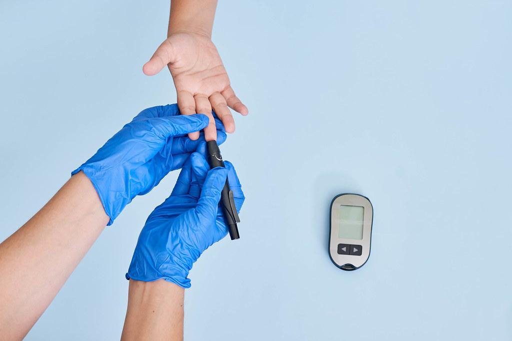 Measure child glucose level blood test Diabetes
