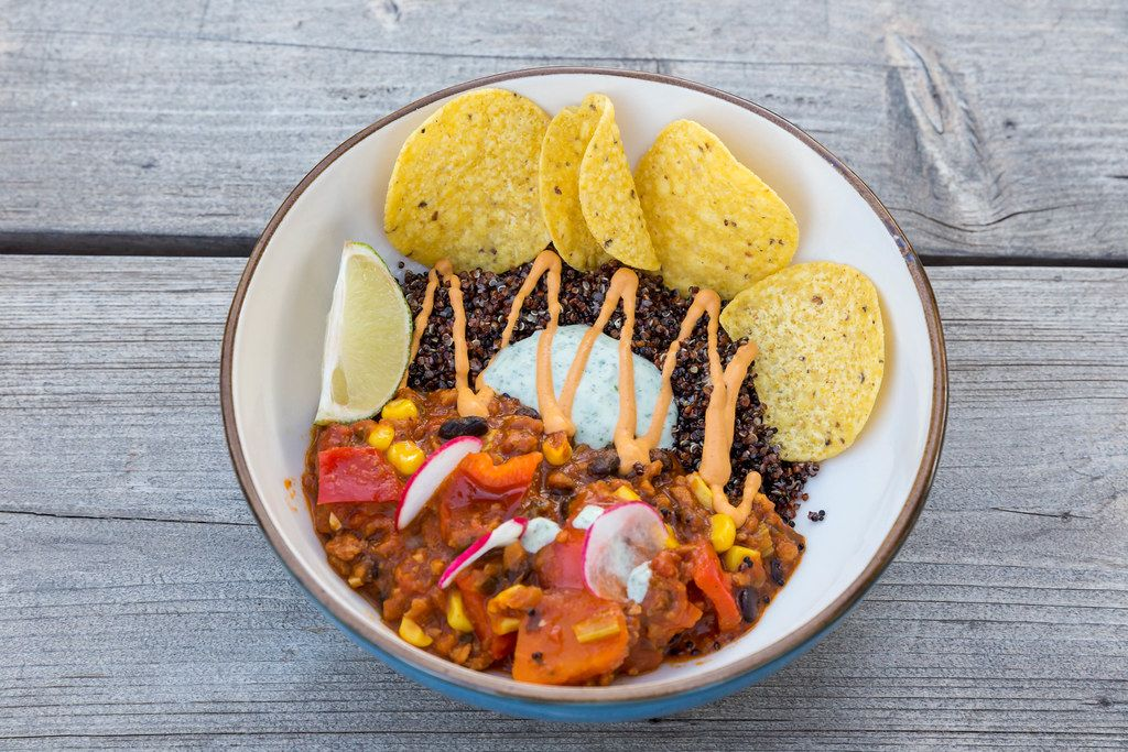Mexican food in vegan version at restaurant Villa Vegana in Selva, Mallorca: tex-mex stew with nachos