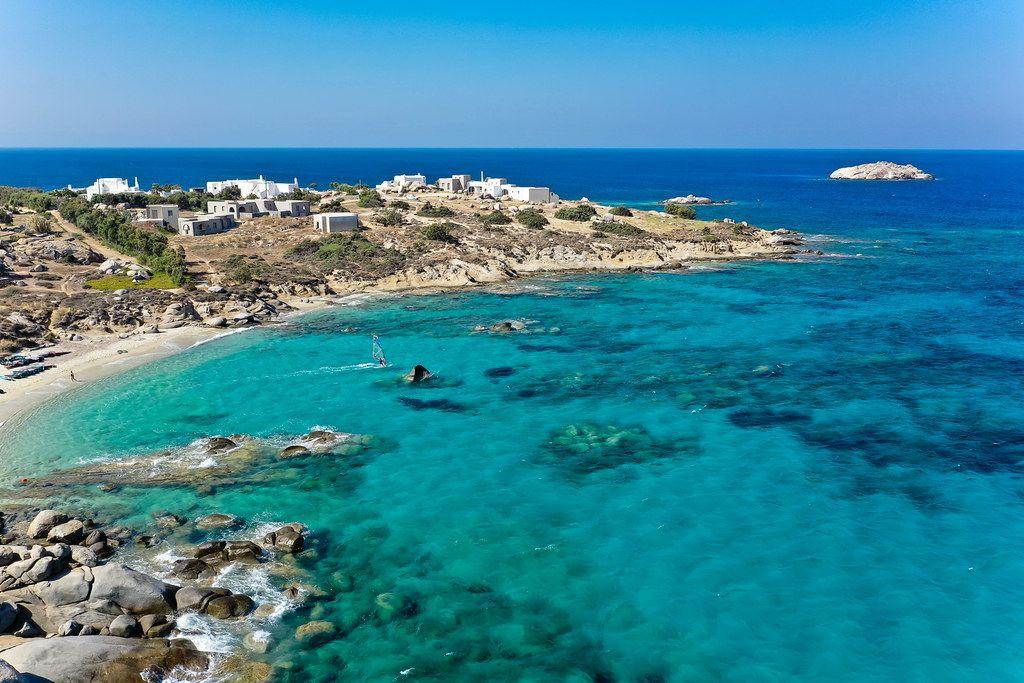 Mikri Vigla auf Naxos, Griechenland. Dorf und Strand als Windsurf- und Kitesurf-Spot bekannt. Luftbild