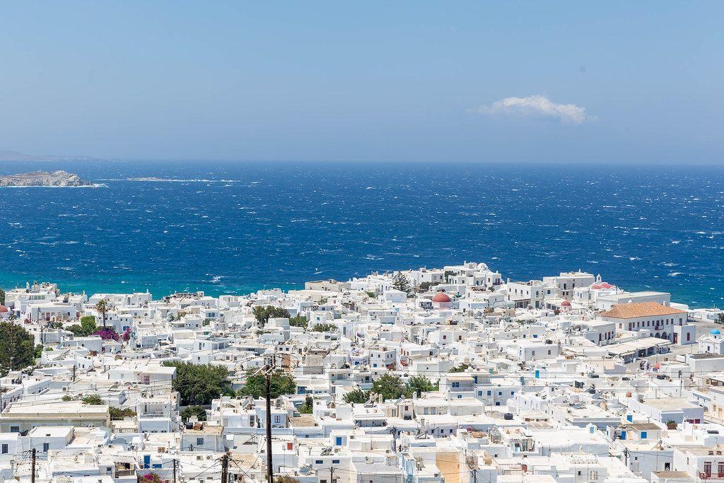 Mykonos Hauptstadt Chora mit vielen weißen Häusern und rauem Meer. Blick von oben