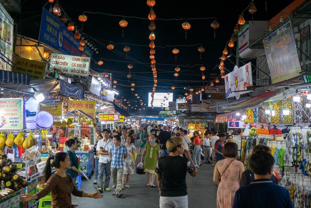 Nachtmarkt in Phu Quoc, Vietnam mit vielen Verkaufständen, Straßenküchen, Restaurants und Spas