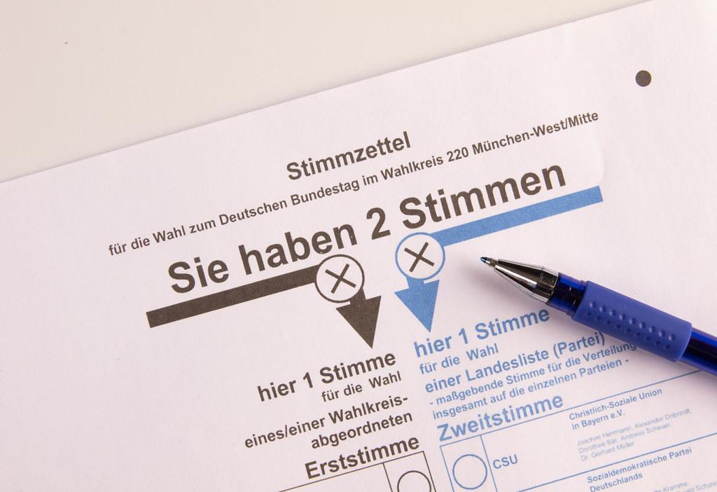 Nahaufnahme eines Stifts auf dem Stimmzettel