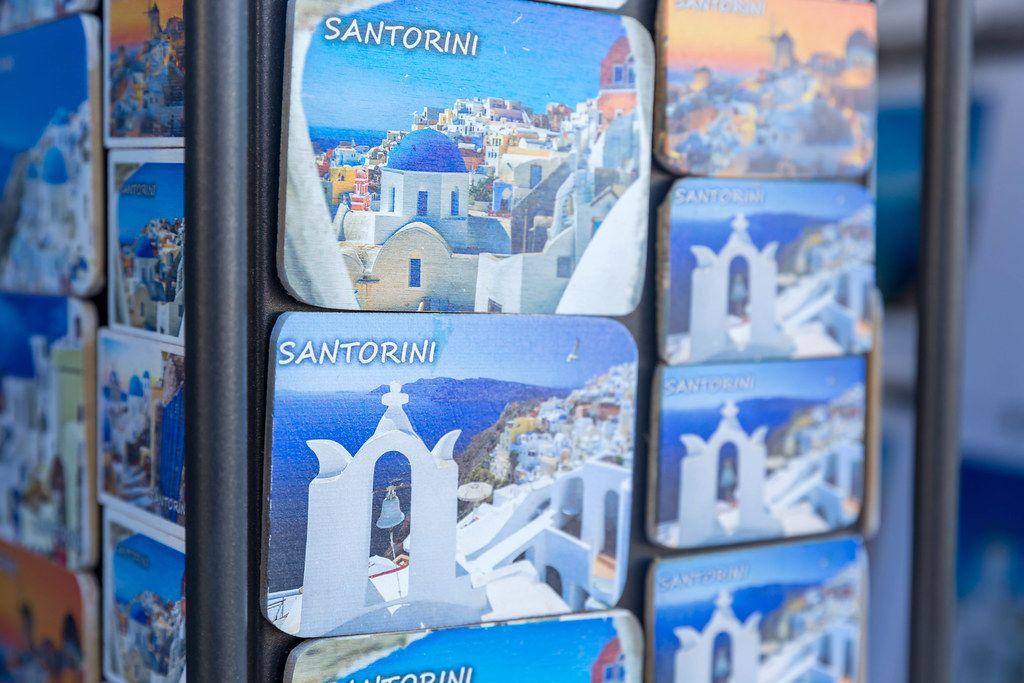 Nahaufnahme: Kühlschrankmagneten als Erinnerung oder Geschenk. Souvenirladen auf Santorin