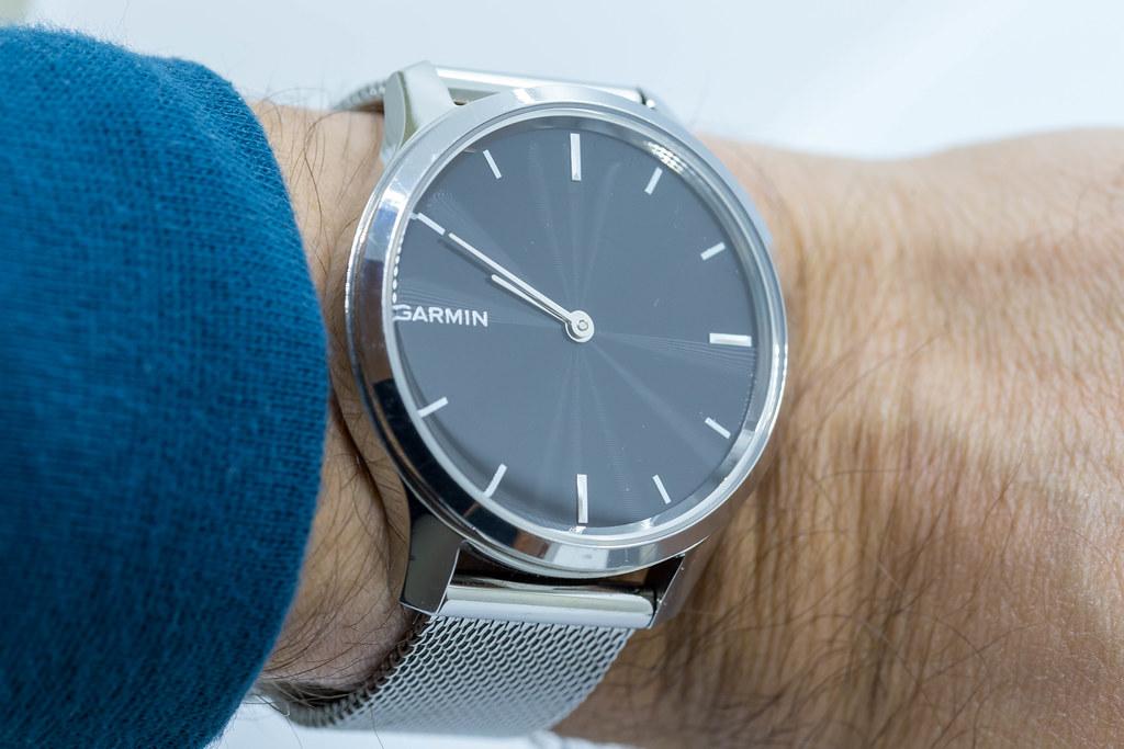 Nahaufnahme von Garmin vívomove Luxe Uhr im Silber am Handgelenk eines Mannes
